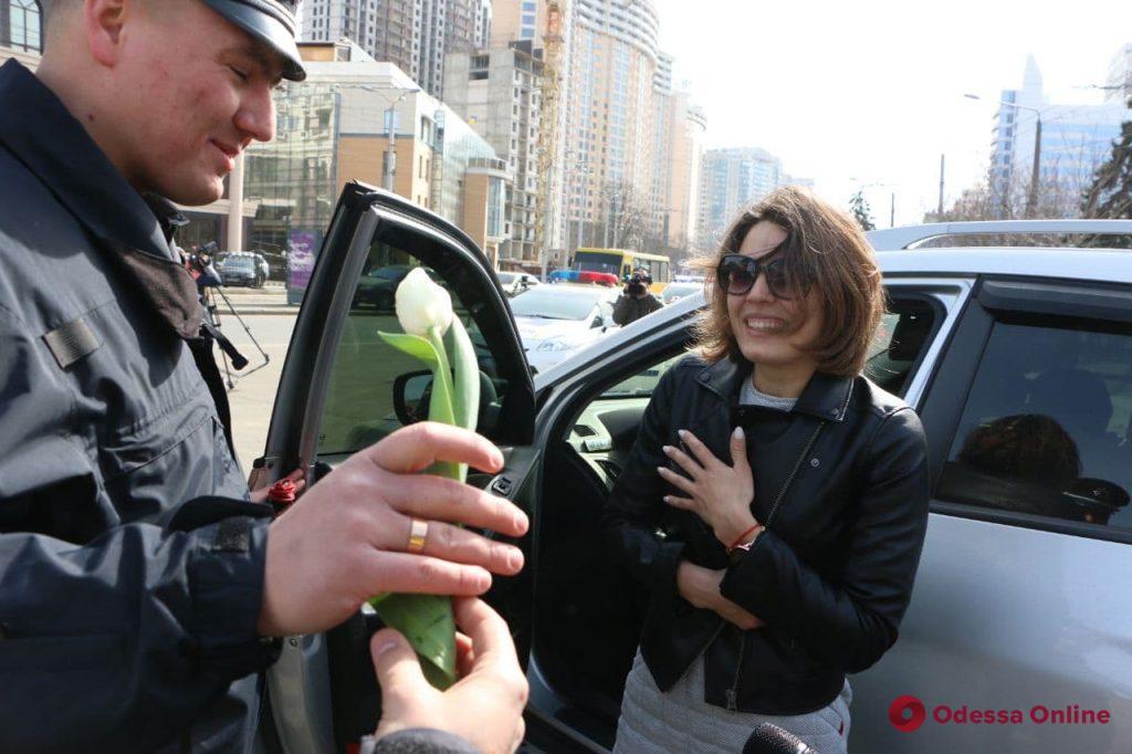 Одесские патрульные дарят женщинам-водителям улыбки и цветы (фото)