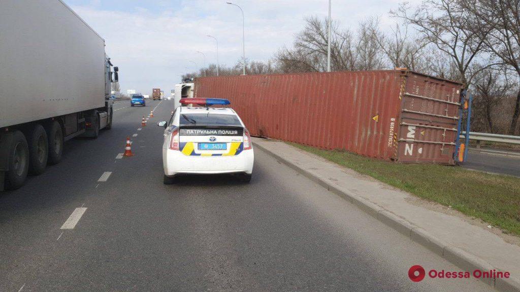 В Одессе на Киевском шоссе перевернулась фура