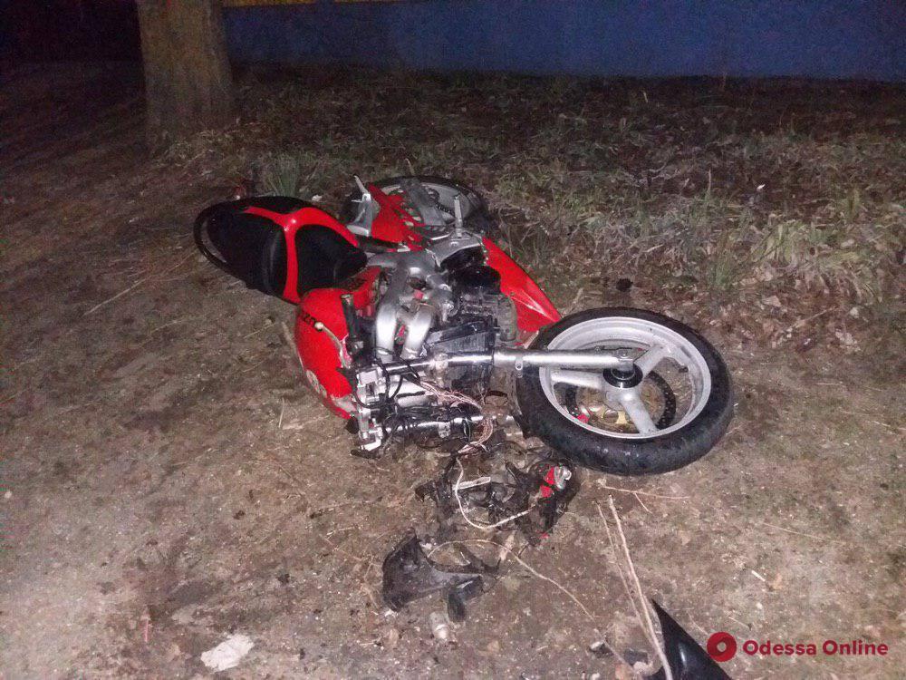 В Одесской области мотоцикл врезался в бетонное ограждение — погиб 20-летний парень