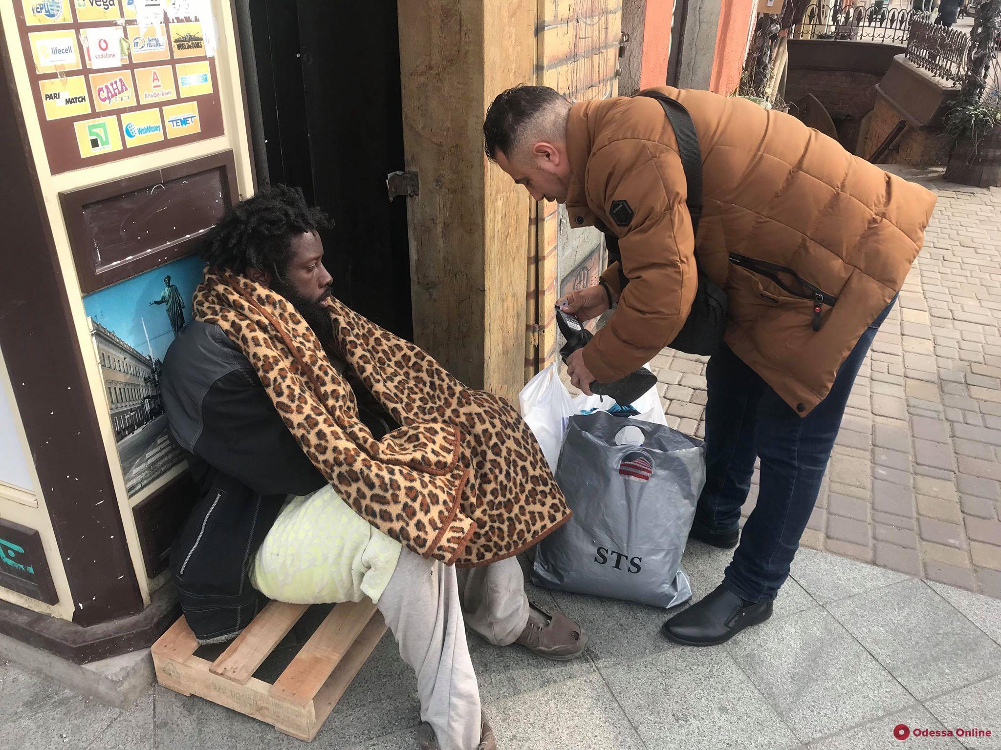 Максимально экстремальный туризм: иностранец-попрошайка перебирает едой и одеждой