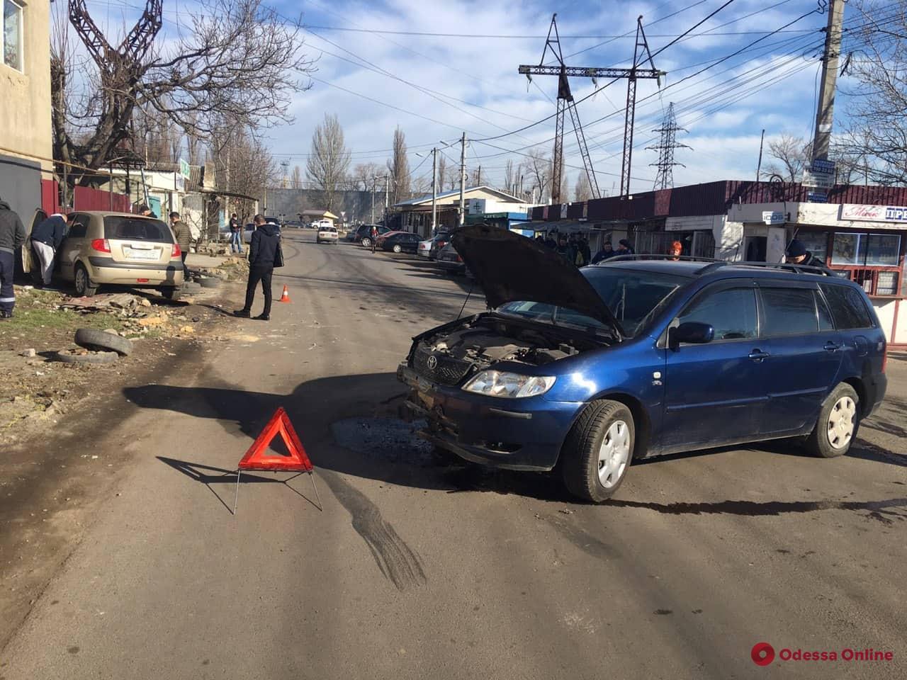 В Одессе столкнулись две легковушки — есть пострадавшие