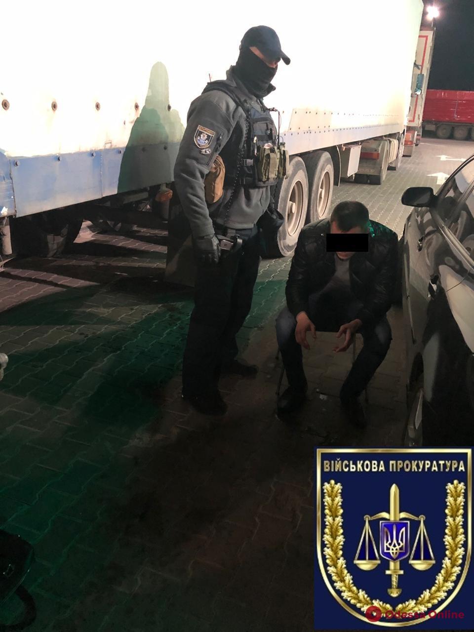 Двое одесских таможенников погорели на взятке