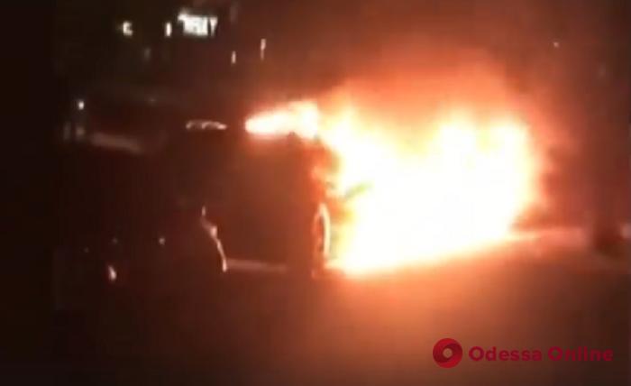 Ночью в Одессе тушили две легковушки (видео)