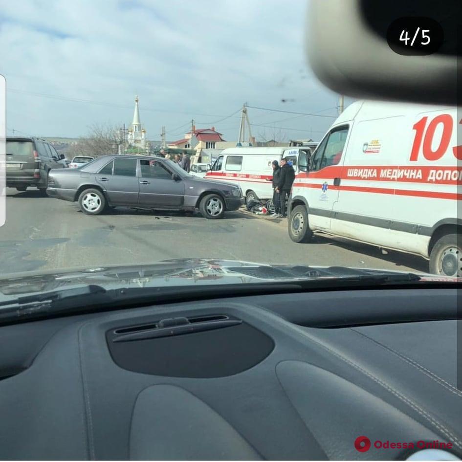На выезде из Одессы произошло ДТП — мотоциклист в больнице (видео)