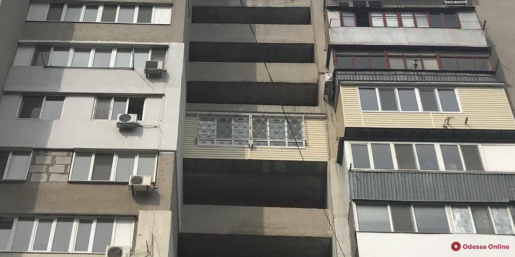 Житель одесской многоэтажки заблокировал пожарную лестницу ради расширения квартиры