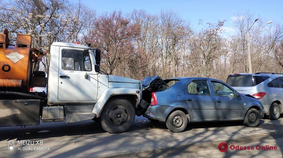 В Одессе столкнулись три легковушки и газовоз — есть пострадавший