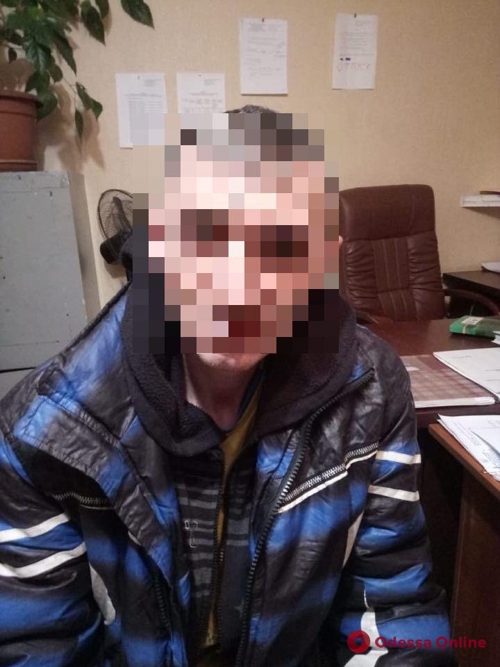 На железнодорожной станции под Одессой избили и ограбили мужчину