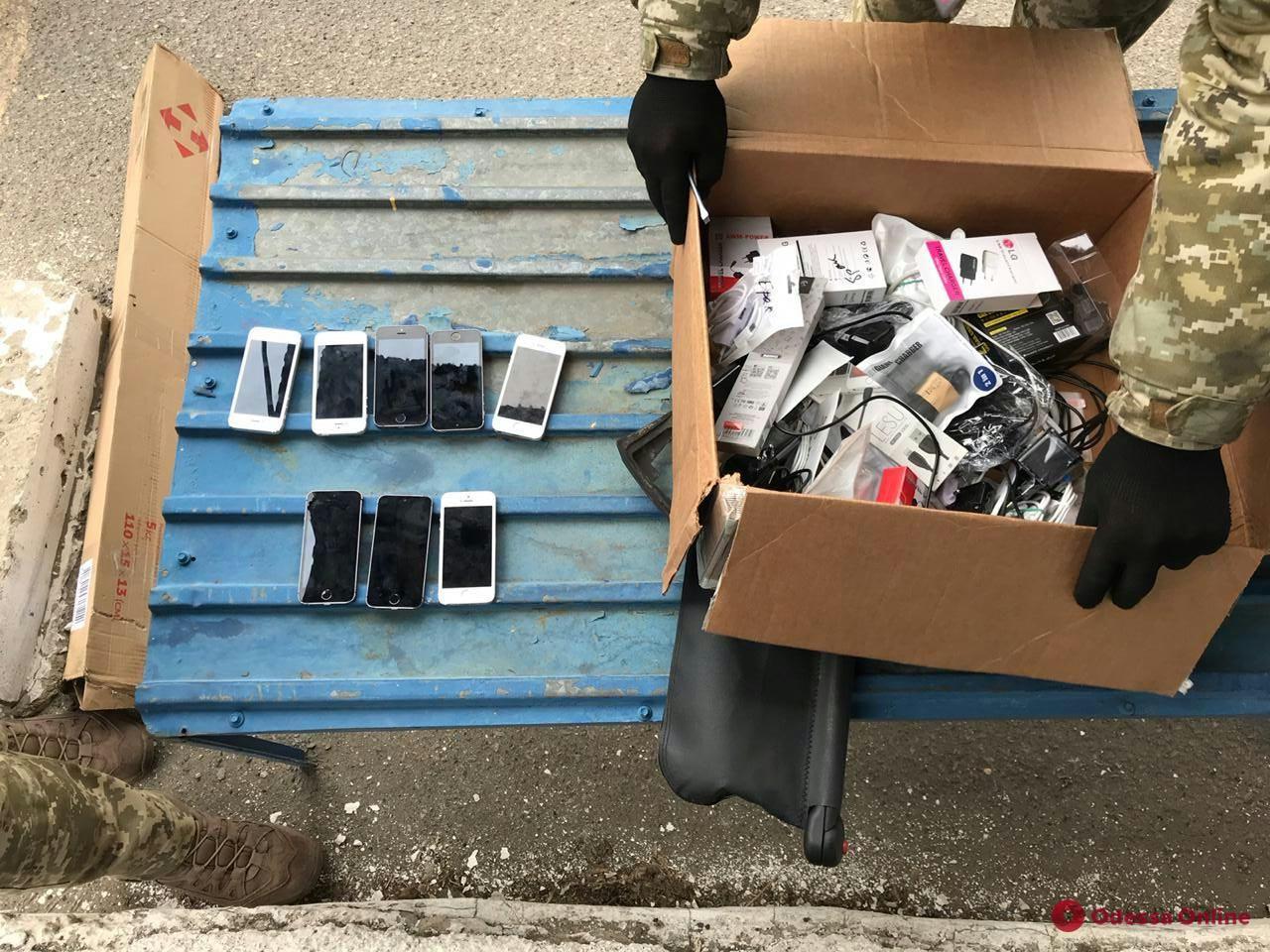 Одесские таможенники обнаружили в рейсовом автобусе контрабандные гаджеты