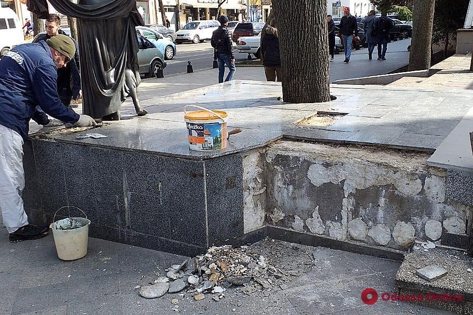 В Одессе восстановили основание памятника Вере Холодной