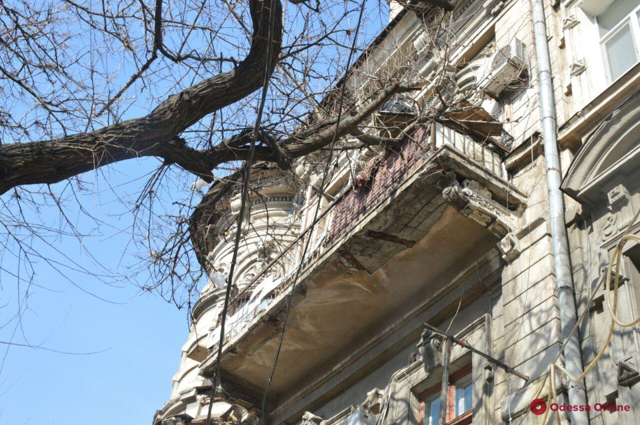 Как в Средневековье: жительница центра Одессы более 10 лет выбрасывает мусор и сливает нечистоты с балкона