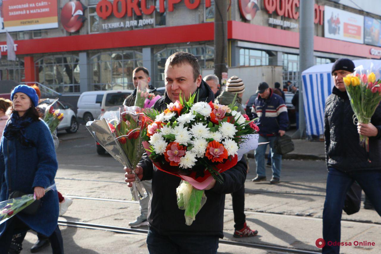 Одесситы с букетами цветов спешат поздравить милых дам с 8 марта