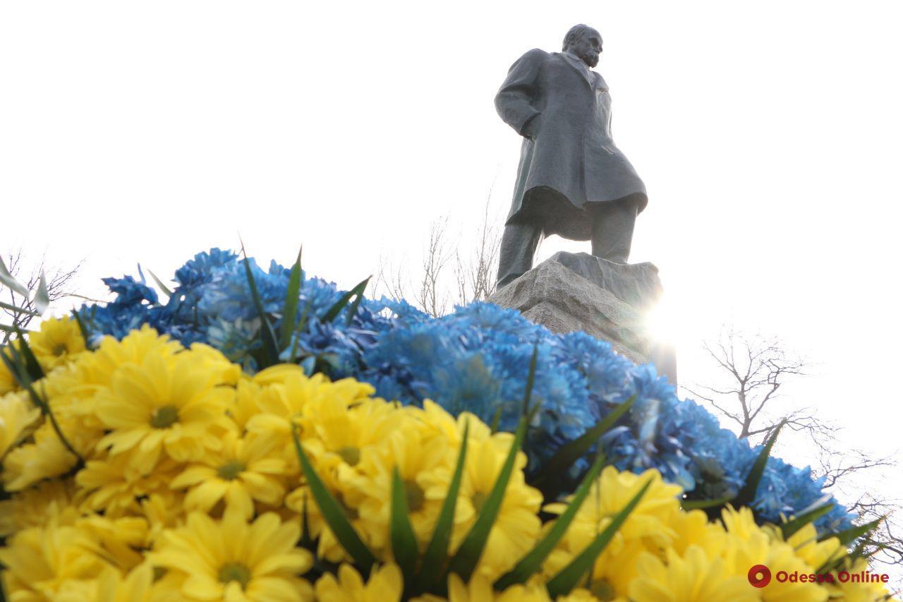 Одесситы возложили цветы к памятнику Тарасу Шевченко (фото)