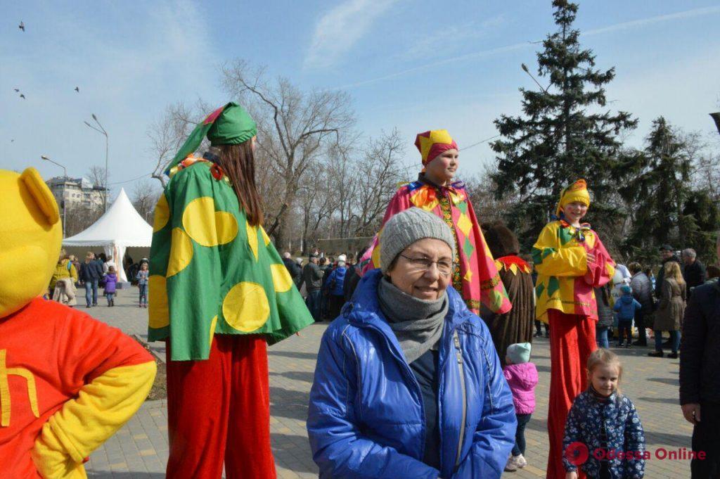 Без блина не останется никто: в парке Победы празднуют Масленицу (фото)