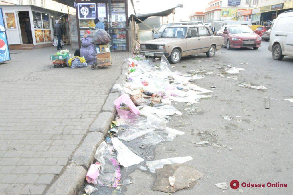 Праздник закончился: возле Привоза цветочники оставили после себя горы мусора (фотофакт)