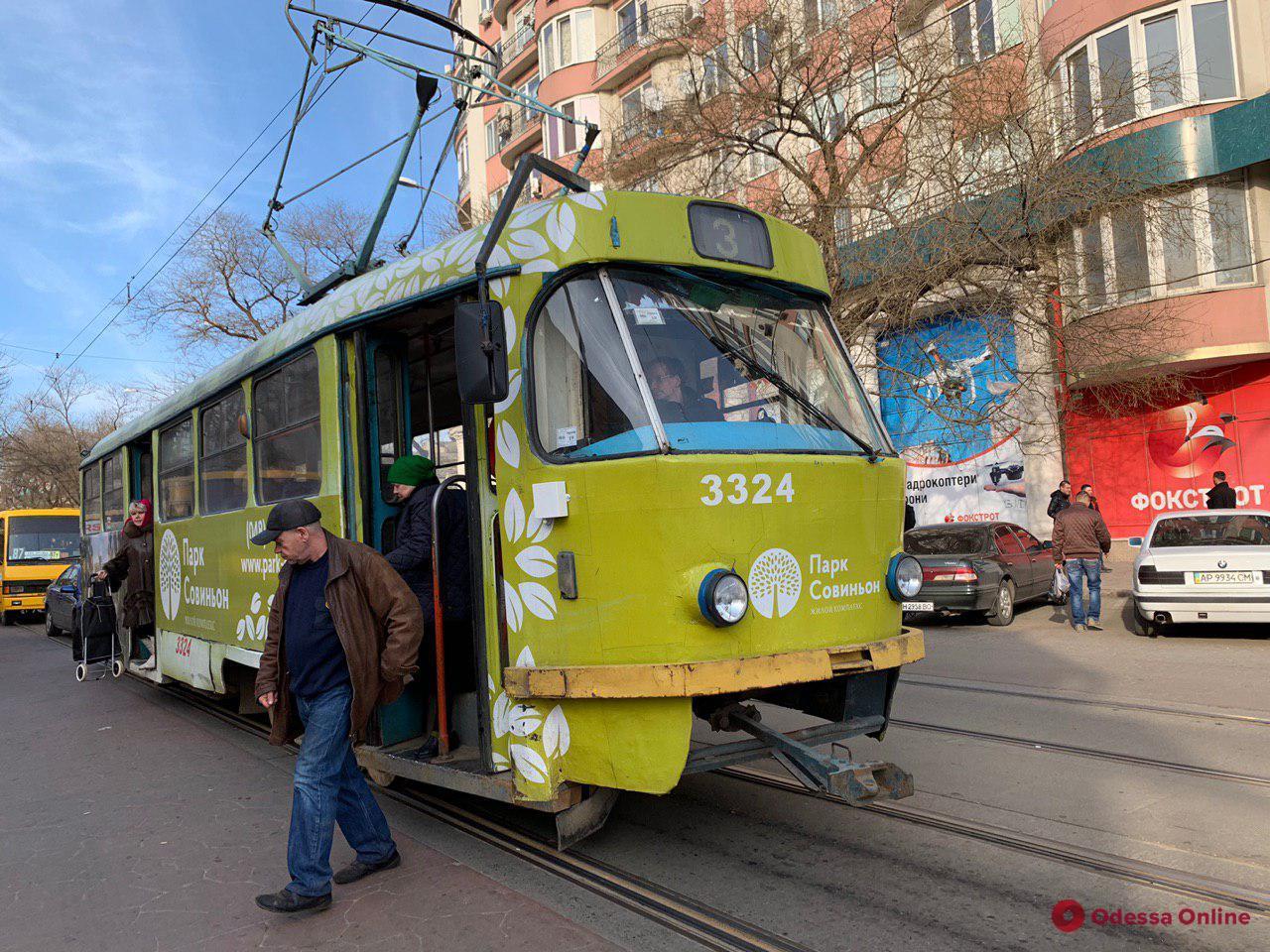 На Люстдорфской дороге трамвай врезался в авто