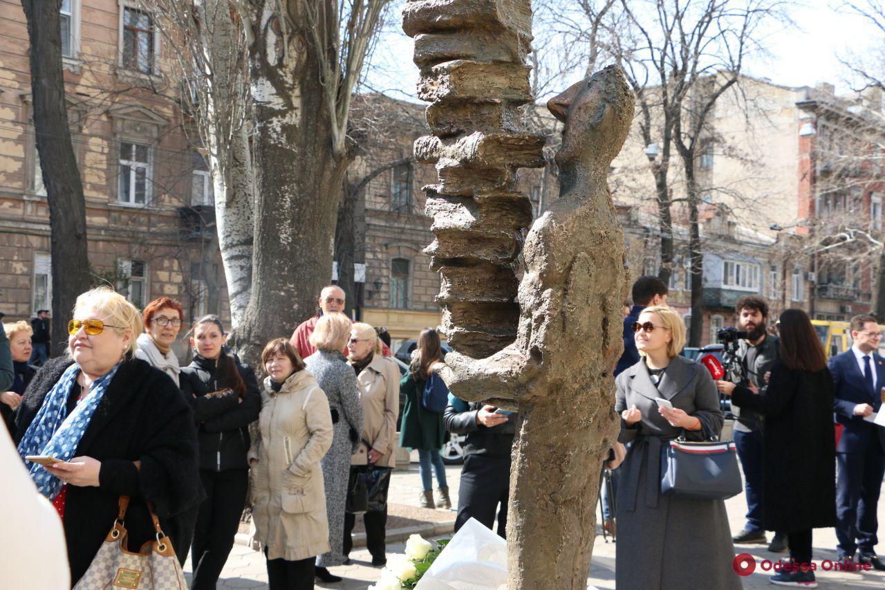 В Одессе появилась скульптура любознательного читателя