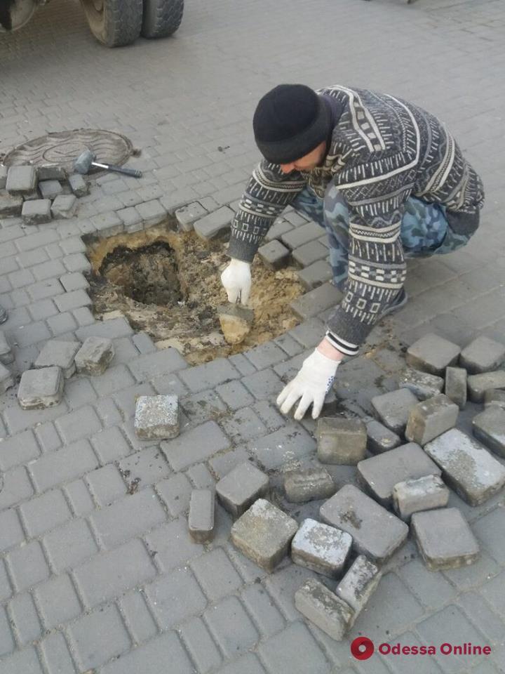 Коммунальщики устранили провал в центре Одессы