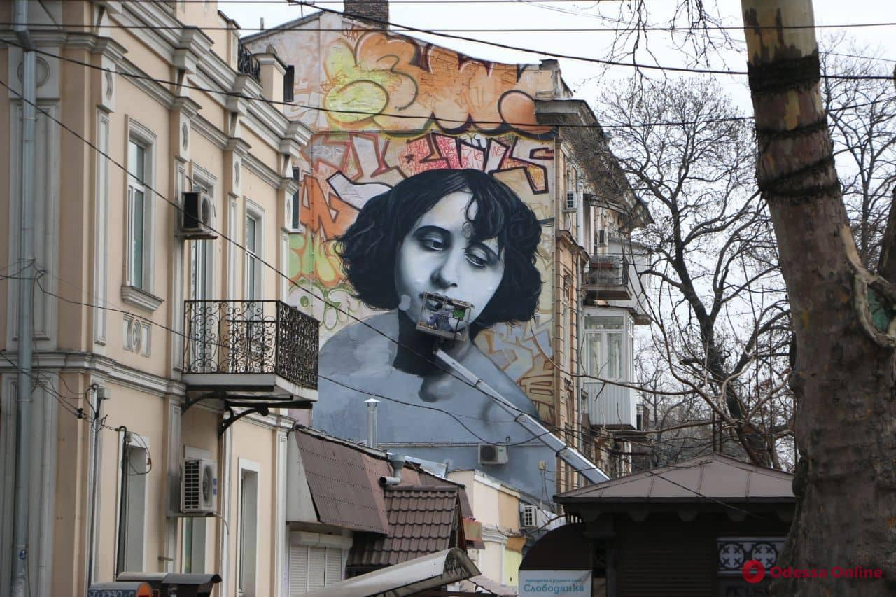 Портрет легенды немого кино появился в центре Одессы