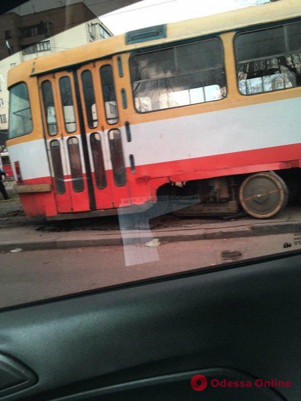 На Фонтане трамвай сошел с рельсов