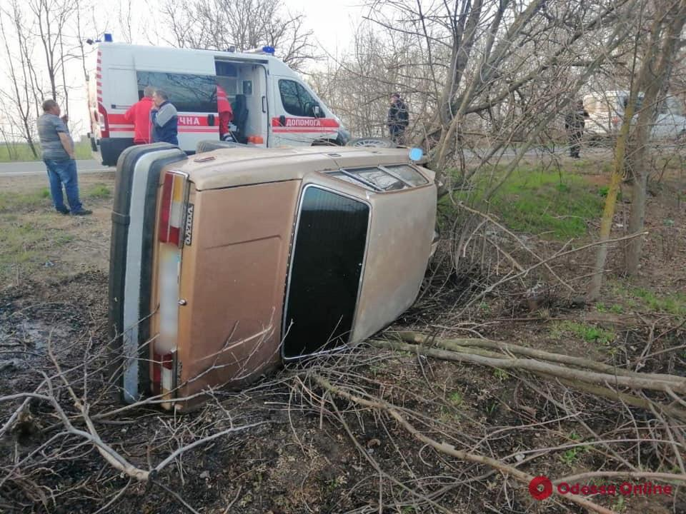 На трассе Одесса — Рени перевернулся автомобиль: трое пострадавших