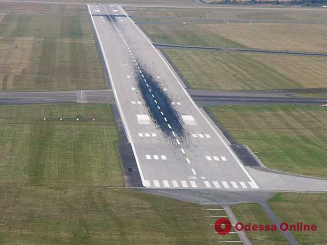 Новую «взлетку» Одесского аэропорта обещают достроить к концу года