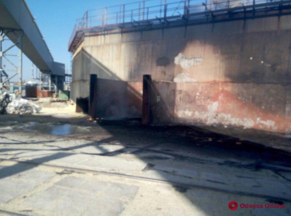 В Черноморском порту загорелись тенты для грузовых вагонов