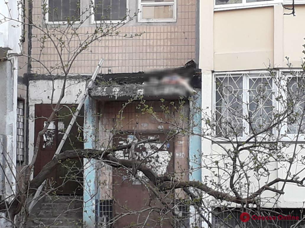 На поселке Котовского мужчина упал с девятого этажа (осторожно, фото, обновлено)