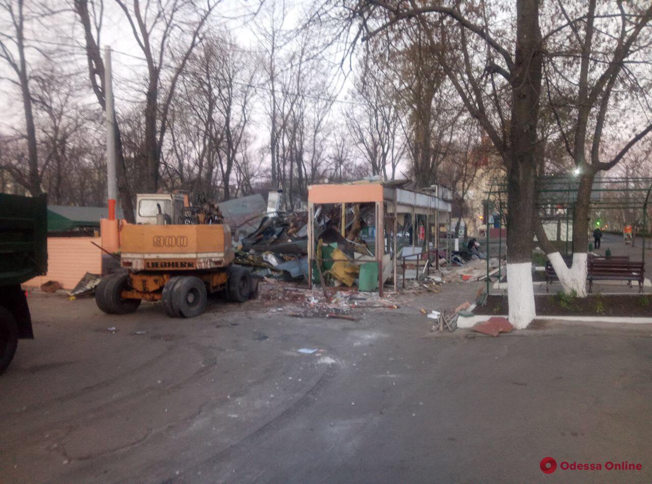 Со второй попытки: в Одессе сносят скандальное кафе на Адмиральском проспекте