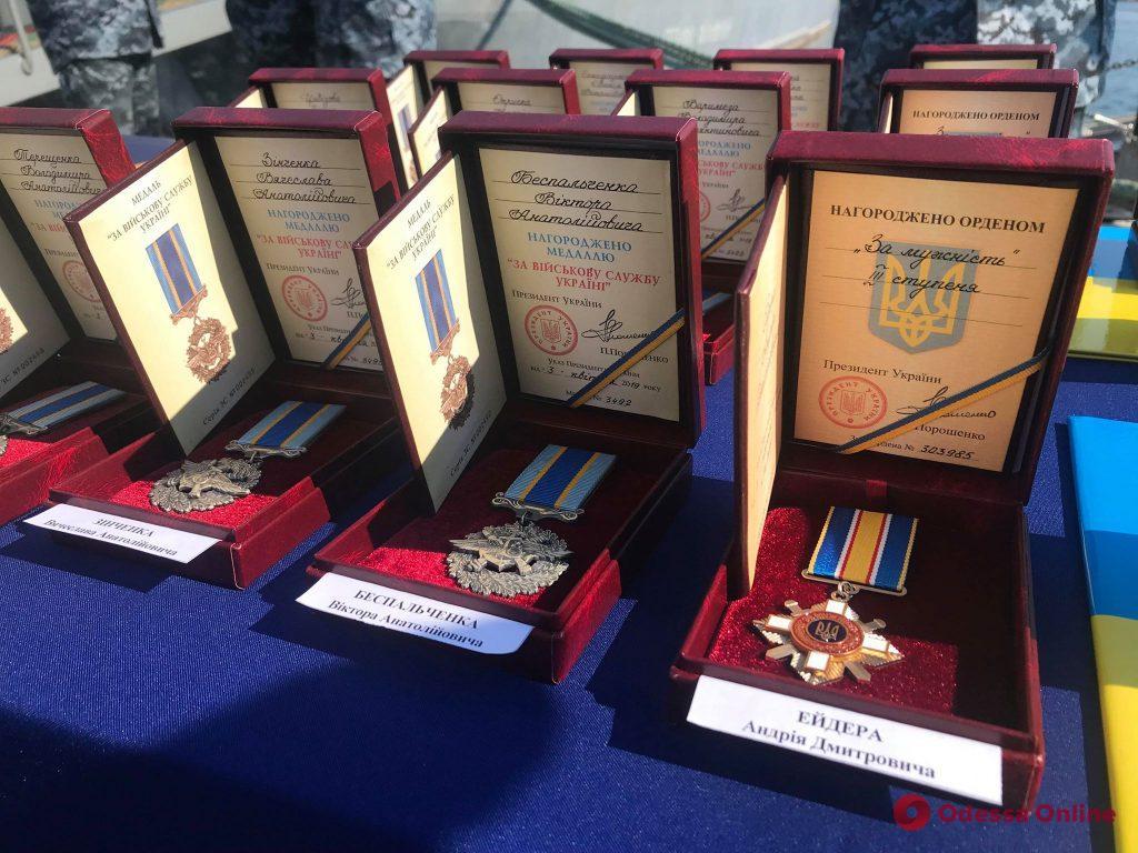 Петр Порошенко в Одессе вручил награды родственникам пленных моряков