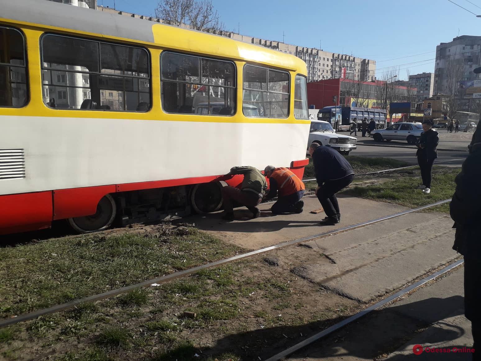 На поселке Котовского трамвай сошел с рельсов