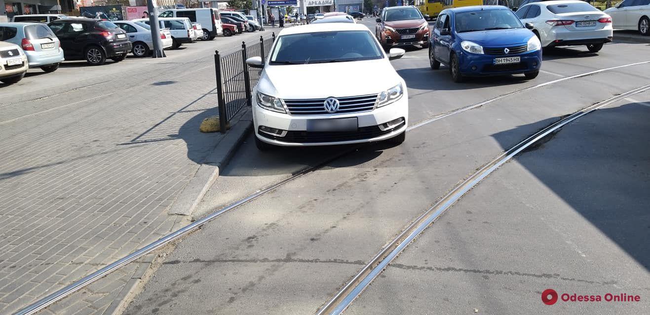 В Аркадии автохам заблокировал движение трамваев