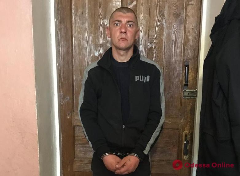 Срывал с женщин серьги: одесские полицейские разыскивают жертв уличного грабителя (фото)