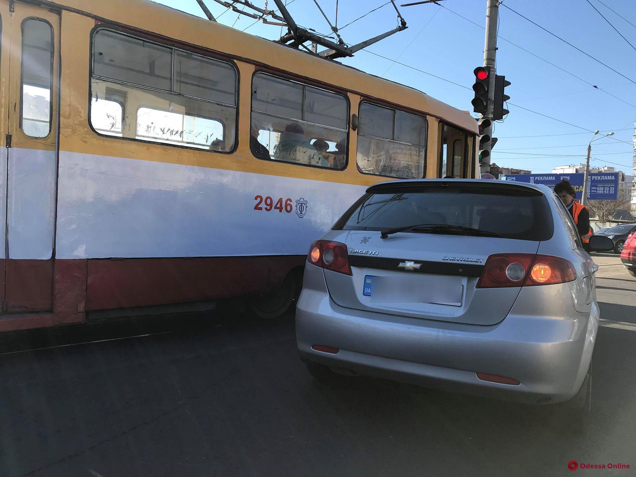 На Люстдорфской дороге столкнулись трамвай и Chevrolet