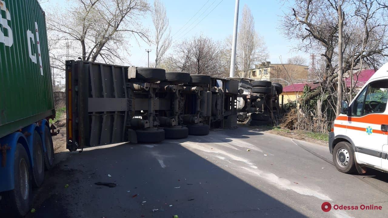 В Одессе перевернулся грузовик: водителя зажало в кабине