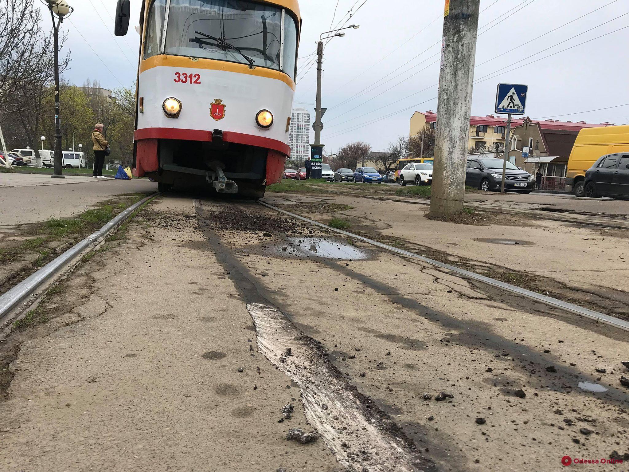 На Люстдорфской дороге трамвай «вспахал» асфальт: вагоны временно изменили маршрут