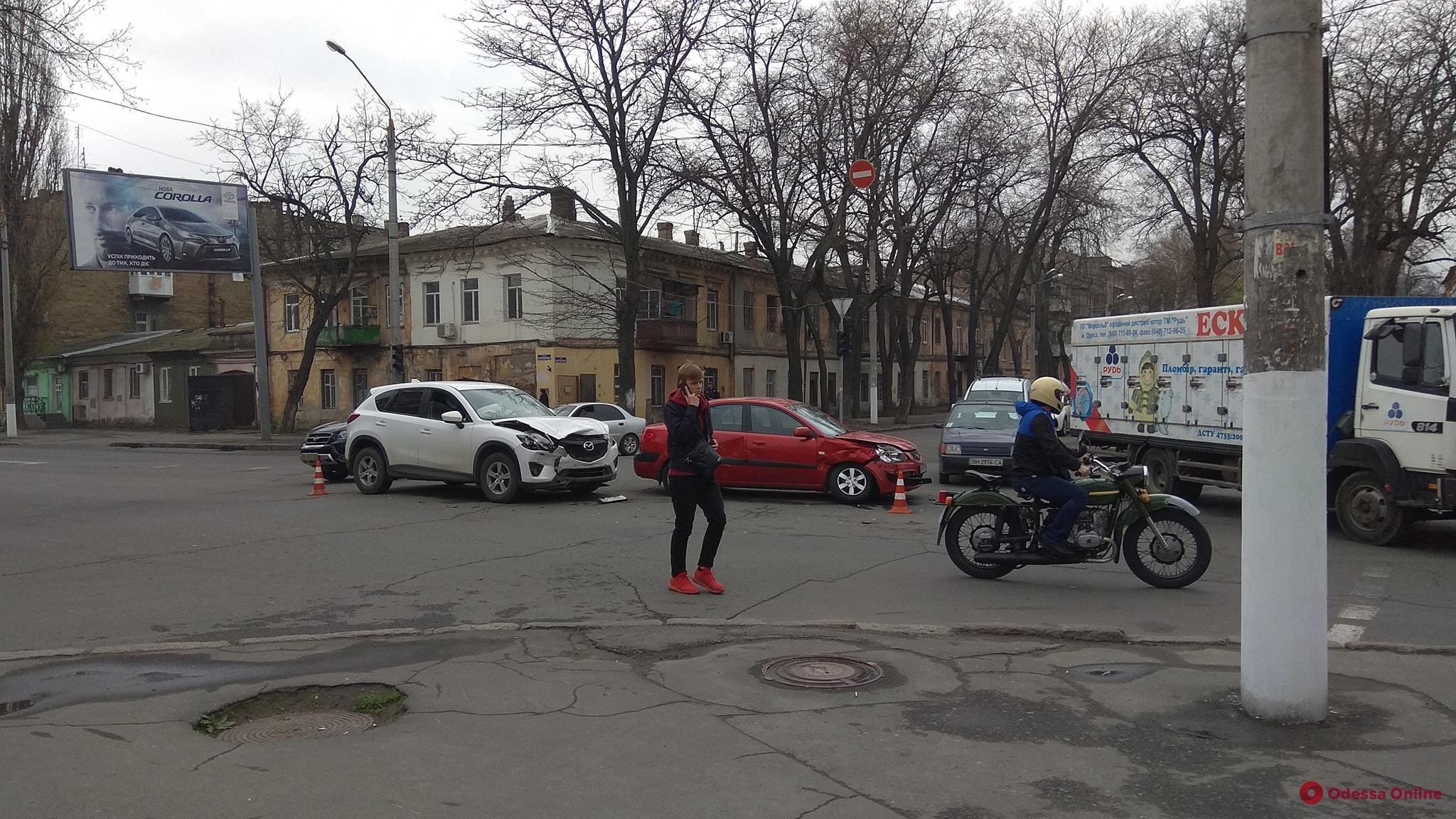 На Молдаванке столкнулись кроссовер и легковушка