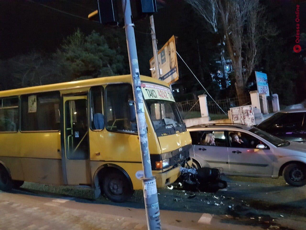 В Одессе мопед врезался в маршрутку — водитель и пассажир госпитализированы