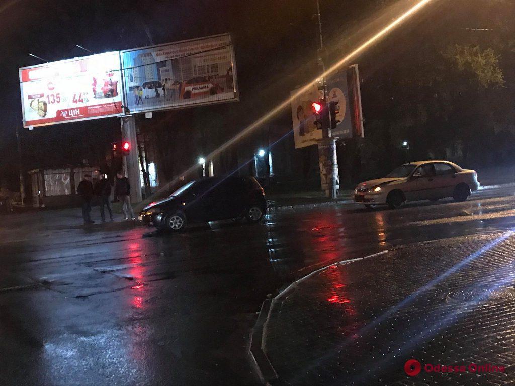 Из-за дождя и скользкой дороги в Одессе произошло два ДТП