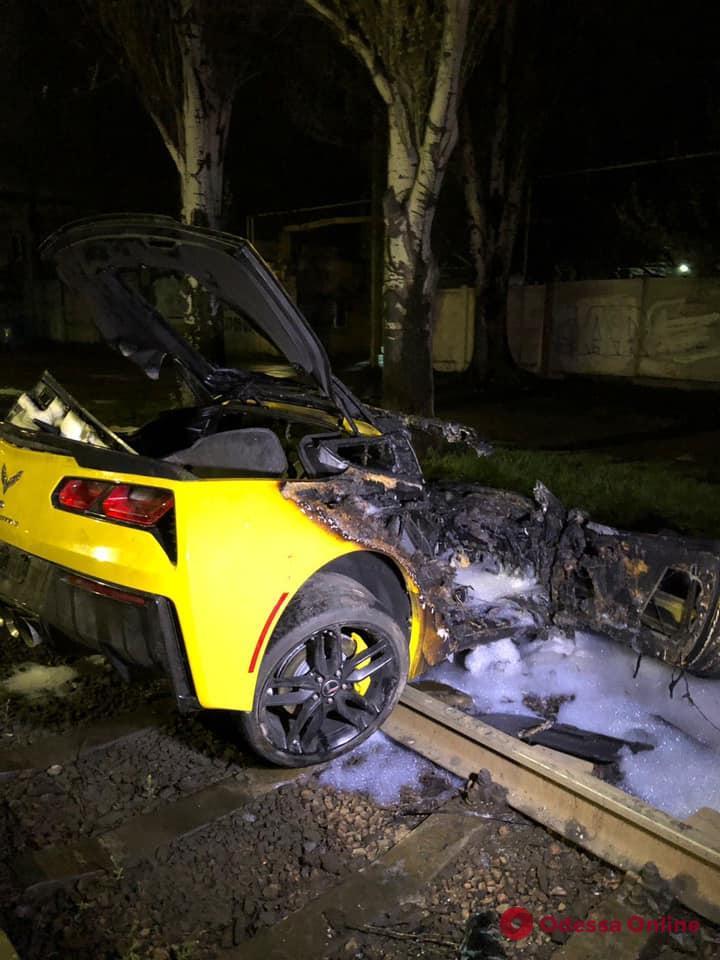 Ночью на Николаевской дороге произошло ДТП: сгорел Chevrolet Corvette