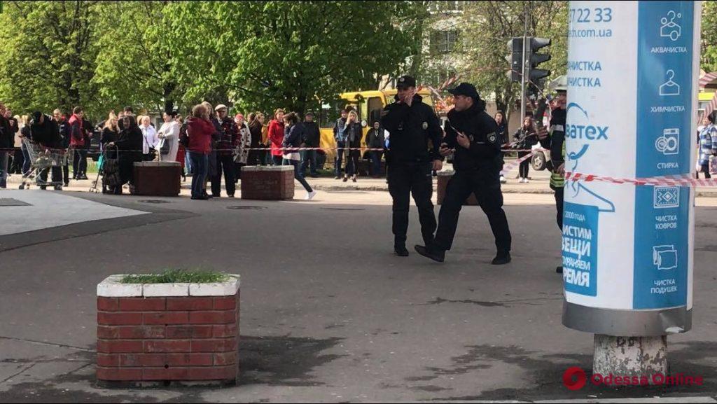 На Таирова ищут бомбу в ТЦ «Панорама» (обновлено)