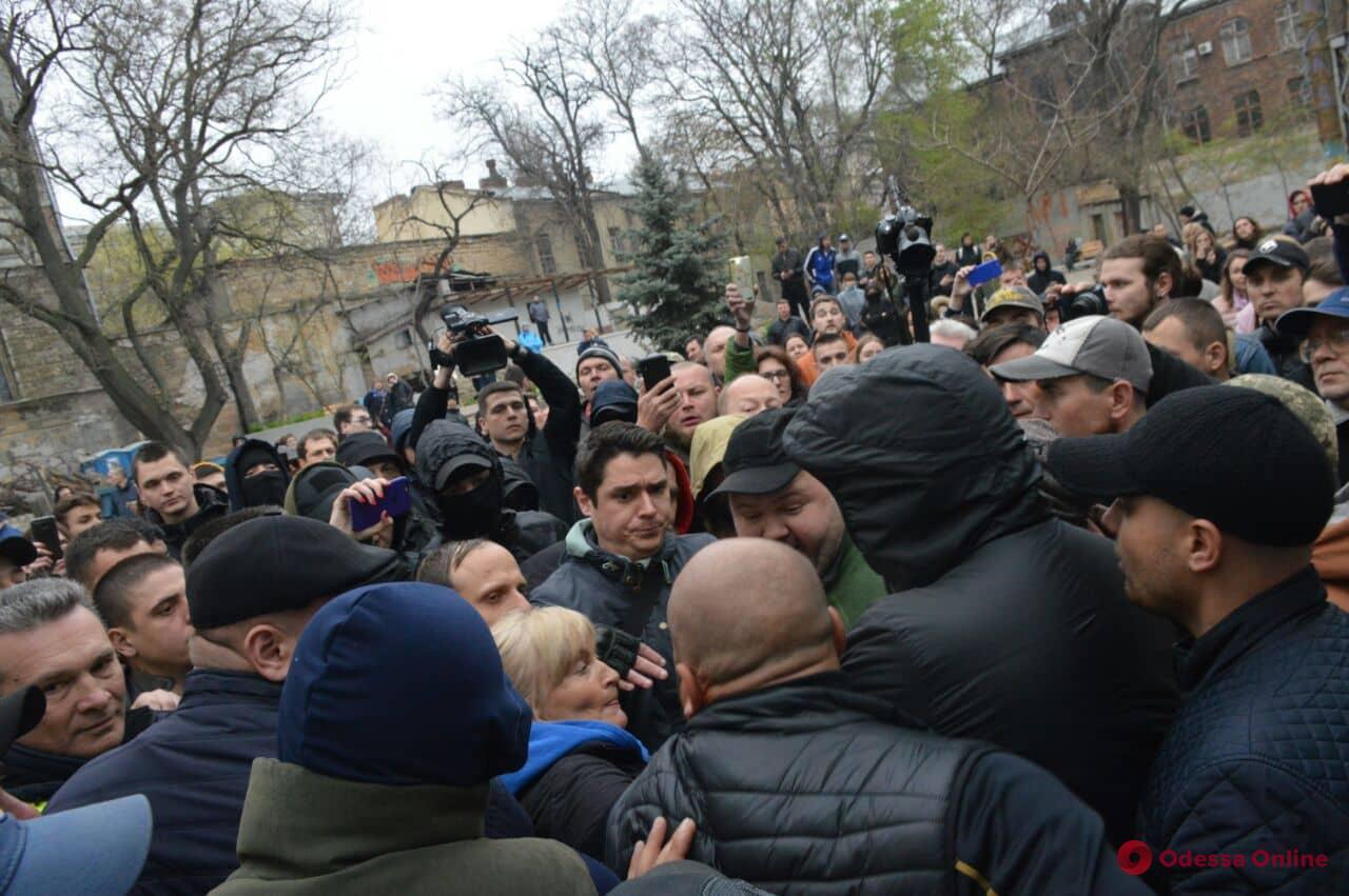 За и против: между одесскими активистами произошла потасовка в Летнем театре (обновлено)