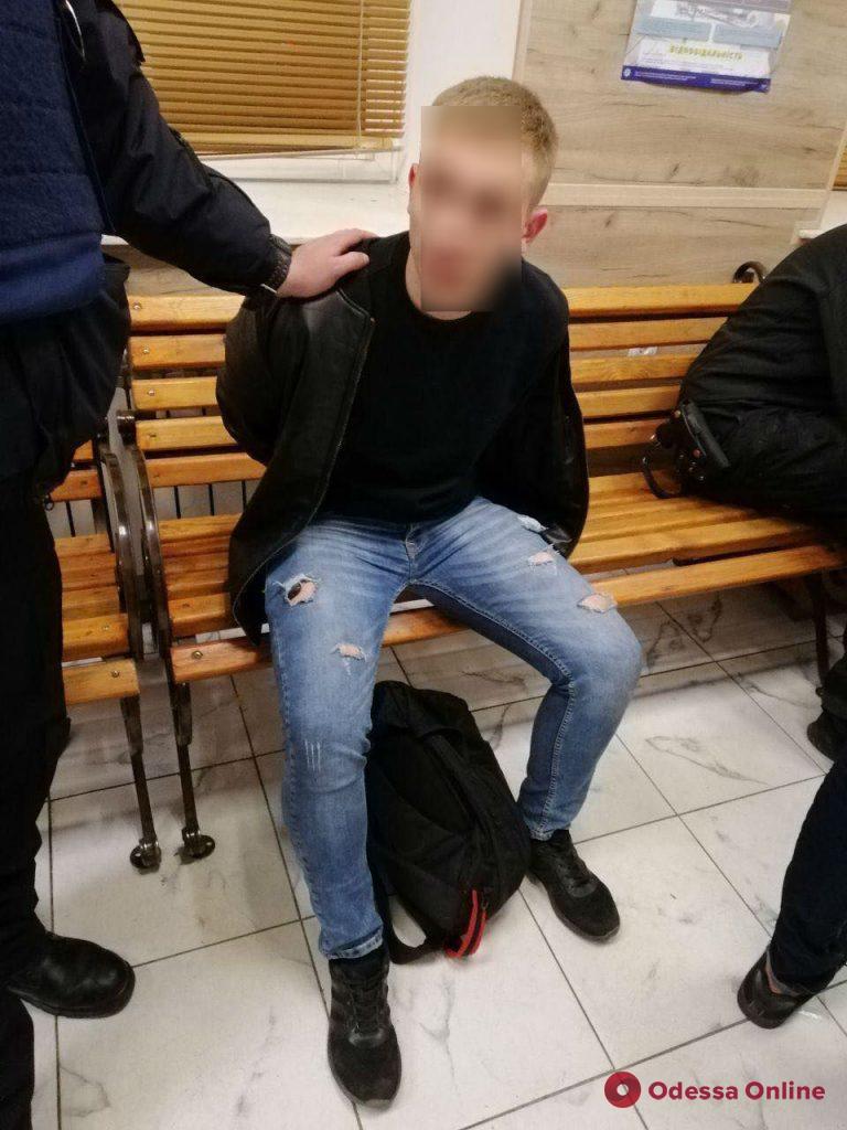 В Одессе двое парней решили пострелять возле областной прокуратуры