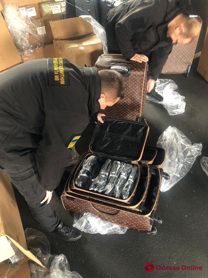 В Одесском порту задержали 7 тысяч чемоданов с логотипами известных брендов