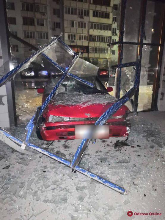 Ночью в Одессе Toyota врезалась в припаркованный внедорожник и въехала в витрину