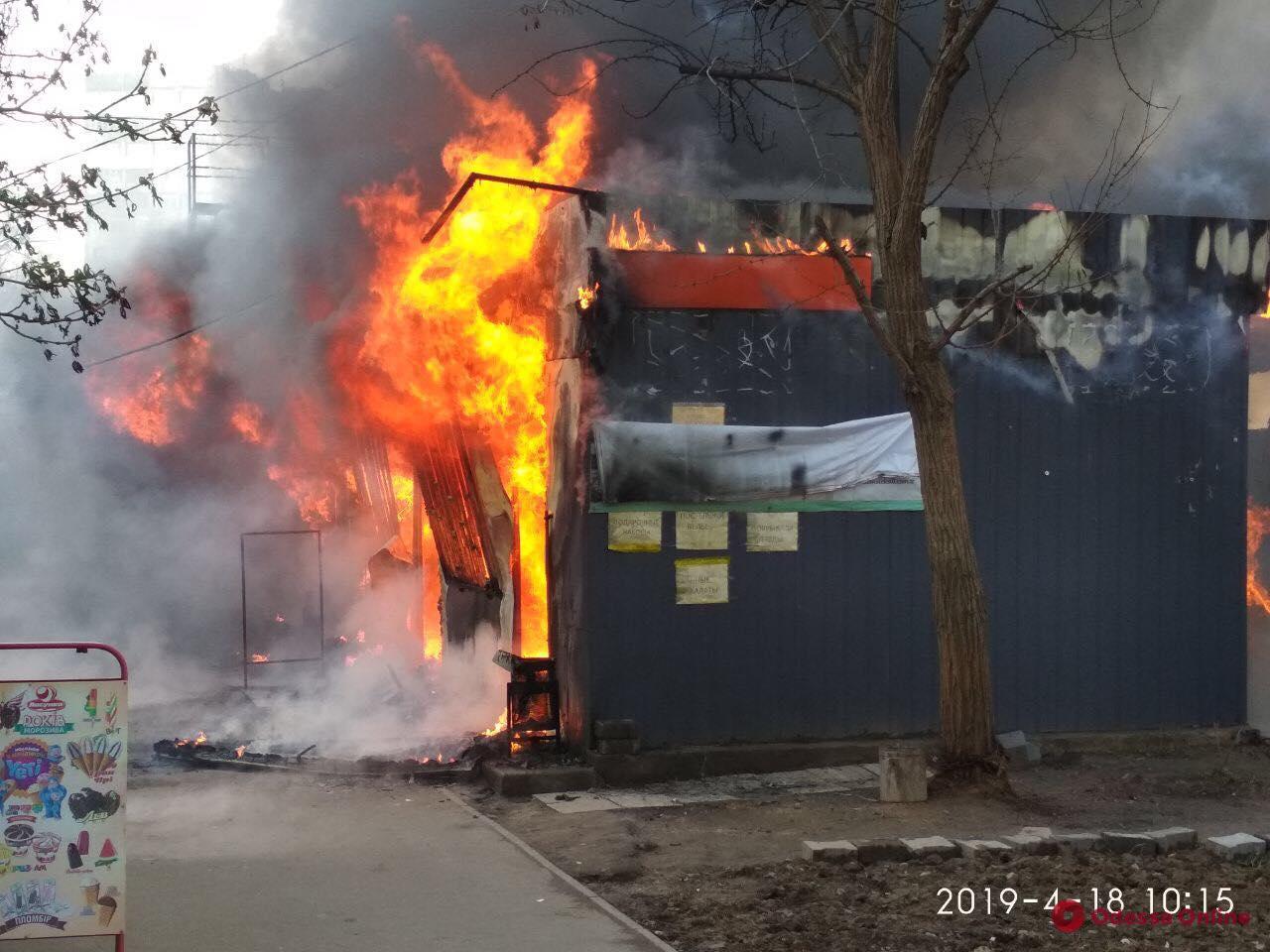 В Одессе сгорел торговый павильон (обновлено)