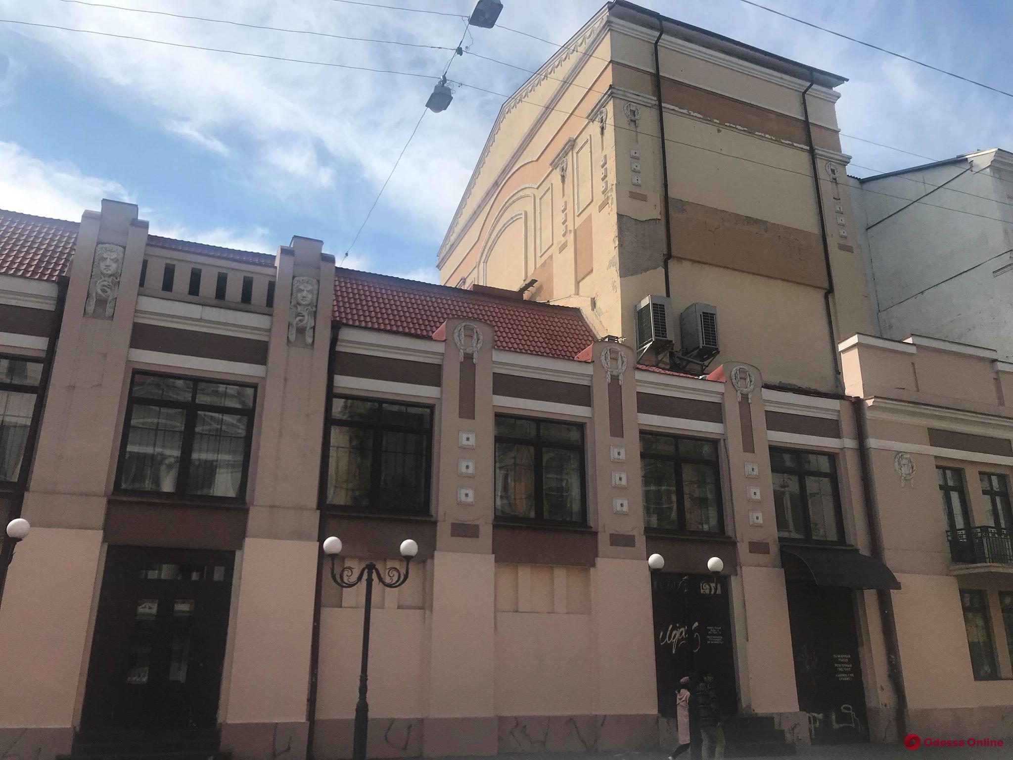 Одесситы закрасили граффити на стенах Русского театра