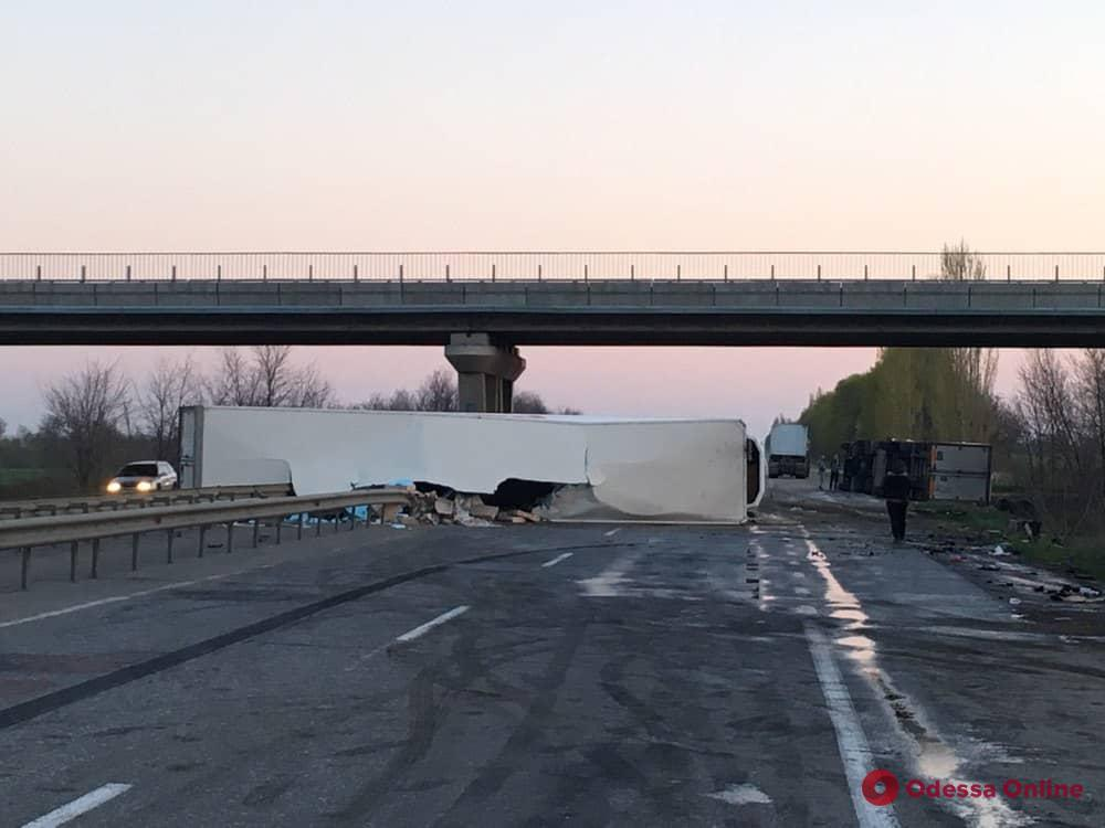 На трассе Киев — Одесса водитель грузовика уснул за рулем и спровоцировал тройное ДТП