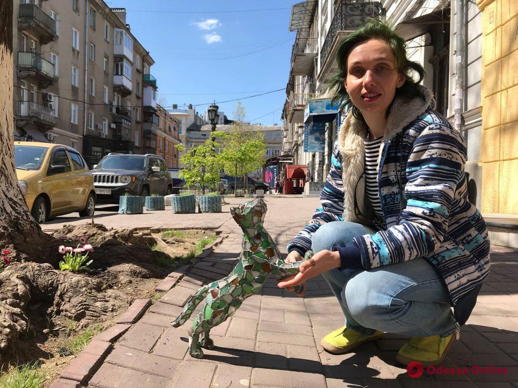 Витражный арт-терроризм и социальный эксперимент: одесситка украшает город фигурками из морского стекла