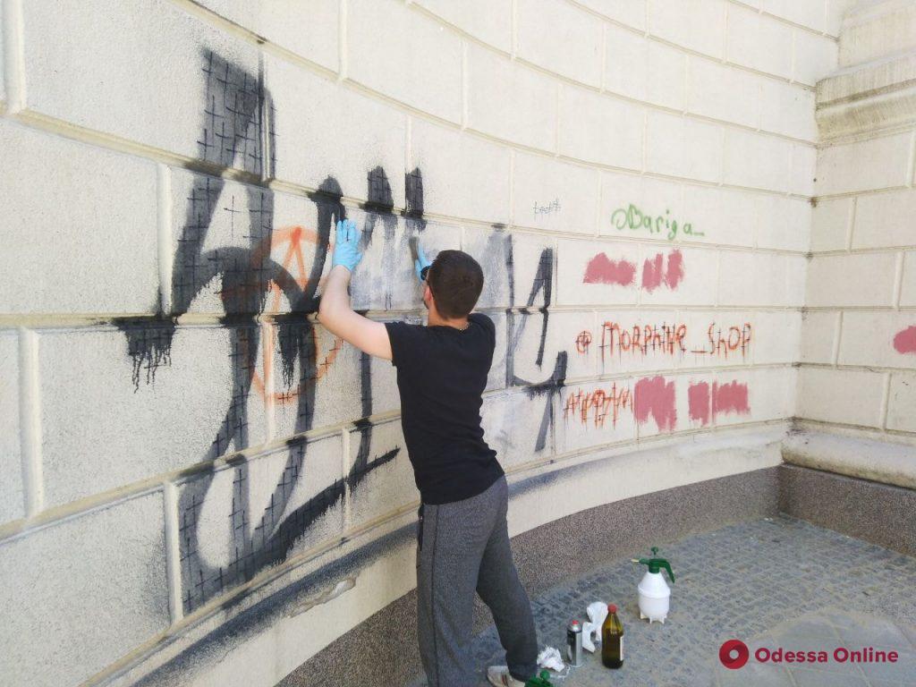 С моста Коцебу убрали уродливые граффити
