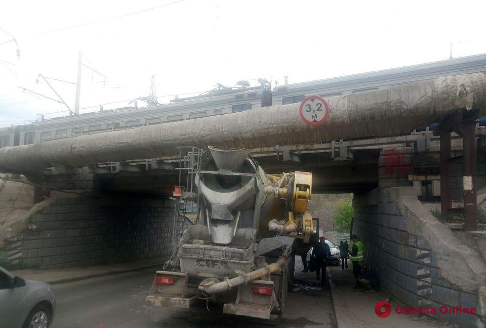 Промахнулся с габаритами: в Одессе «миксер» застрял под мостом